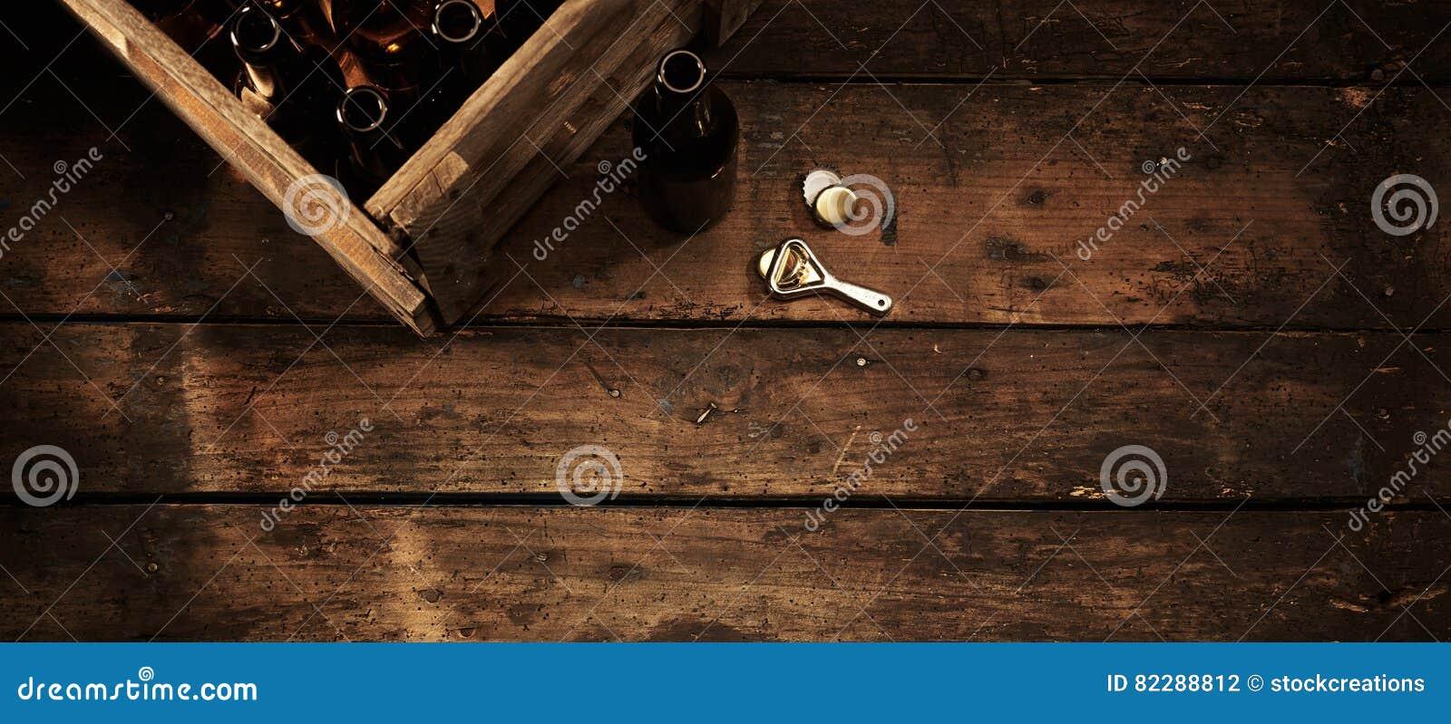 Ölflaskor i en spjällåda i en lantlig bar eller krog
