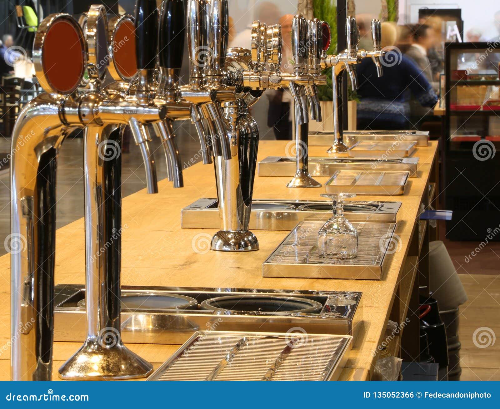 Ölklapp på räknaren av en irländsk bar