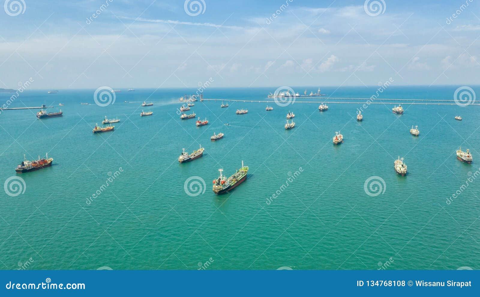 Öltanker, Gastanker im Hohen See Raffinerie-IndustrieFrachtschiff, Vogelperspektive, Thailand, im Import-export, LPG, Erdölraffin