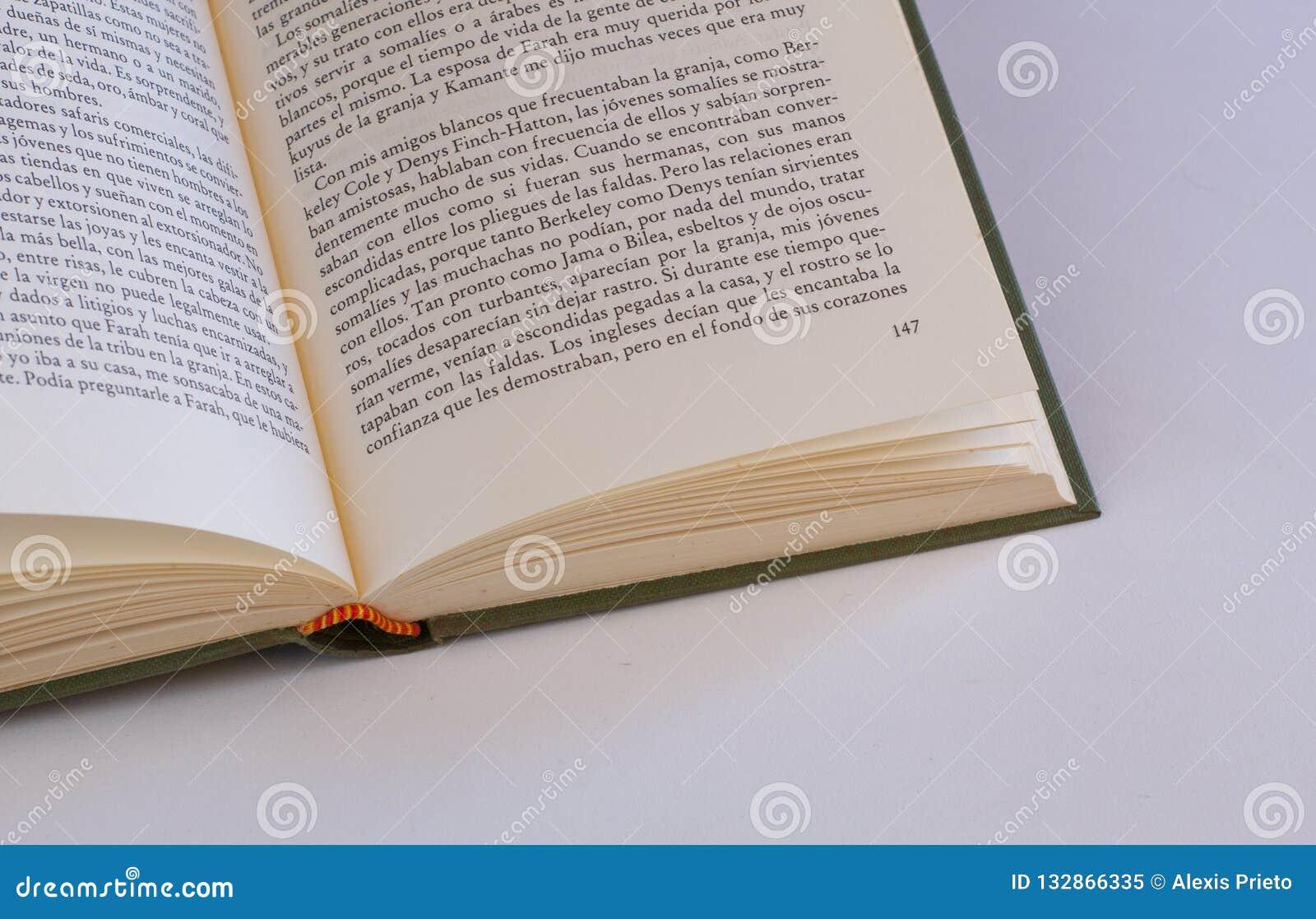 Öppen bok och text