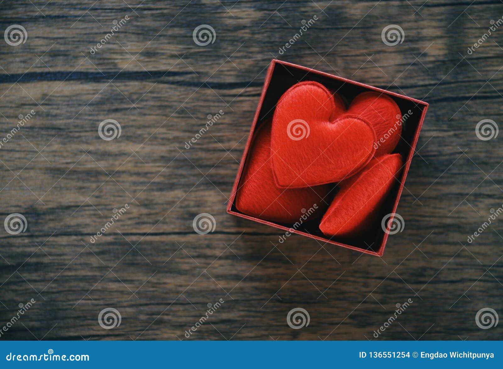 Öppen gåvaask och röd hjärtaromantiker i asköverraskning/röd närvarande ask med full hjärta för gåva