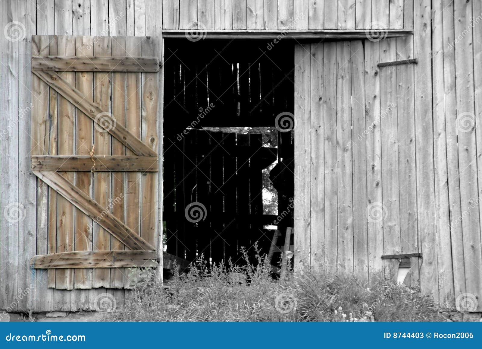 öppen ladugårddörr