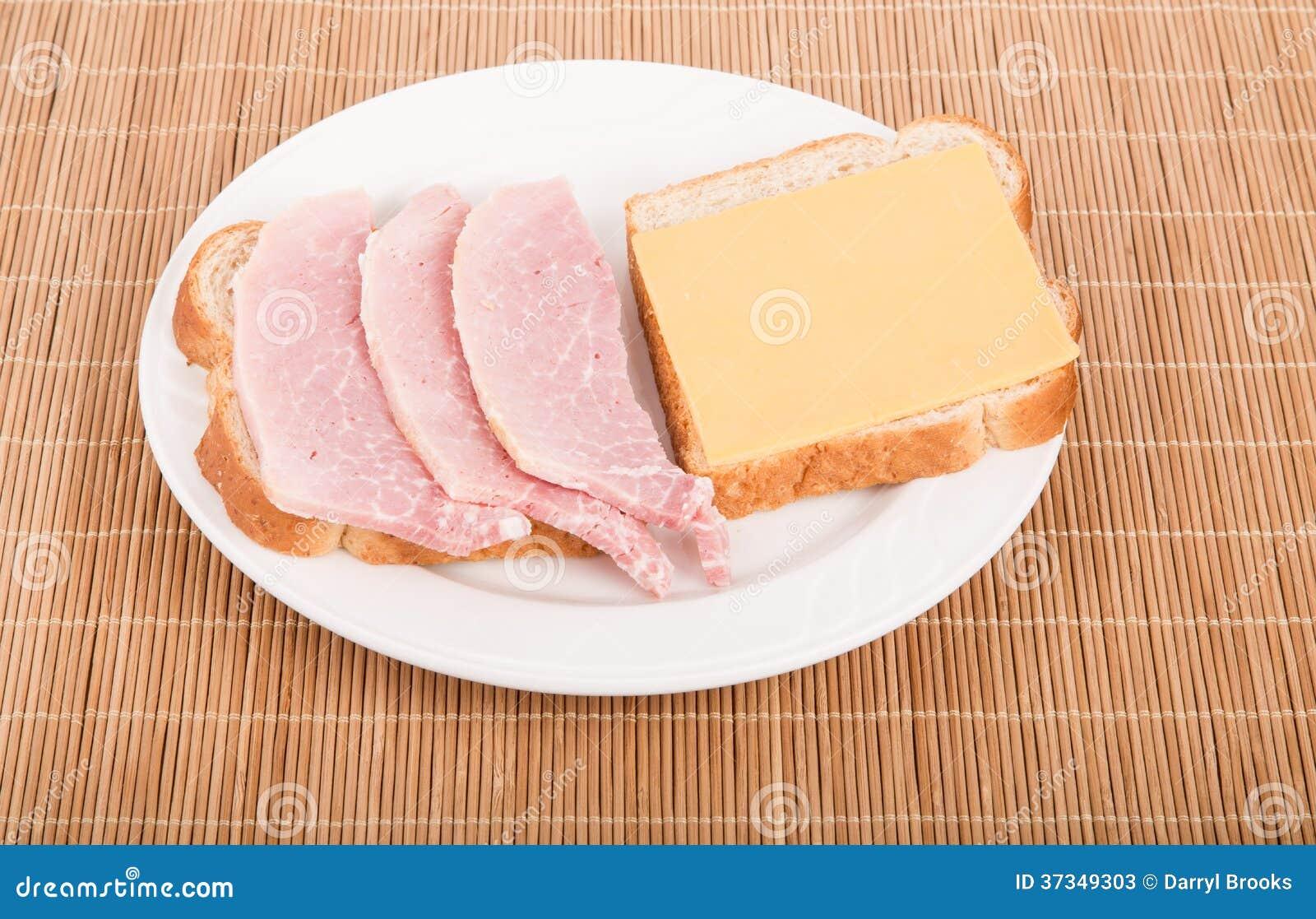 Öppen smörgås av skivad skinka- och cheddarost
