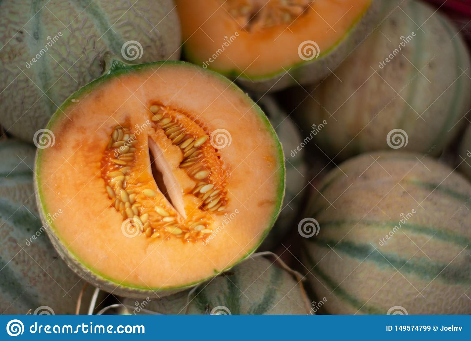 Öppen snittCharentais melon på marknadshögen