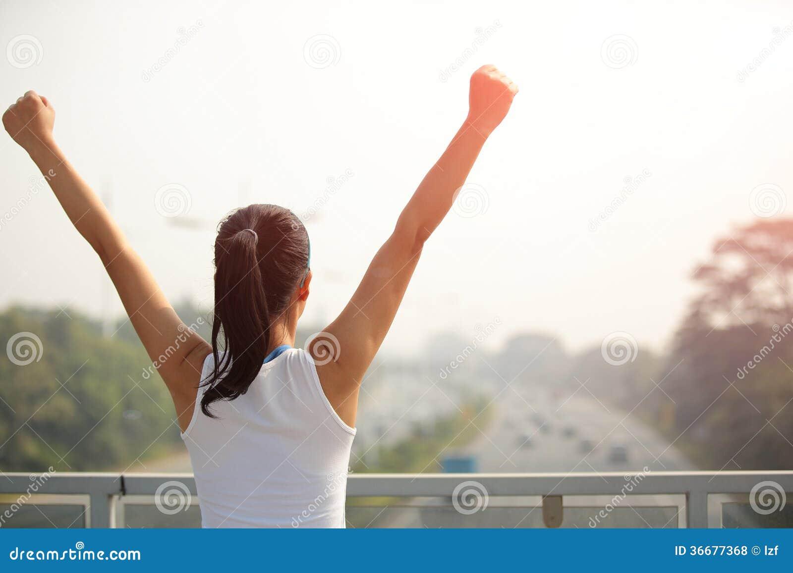 Öppna armar för kvinna till den moderna staden för rusakörbana