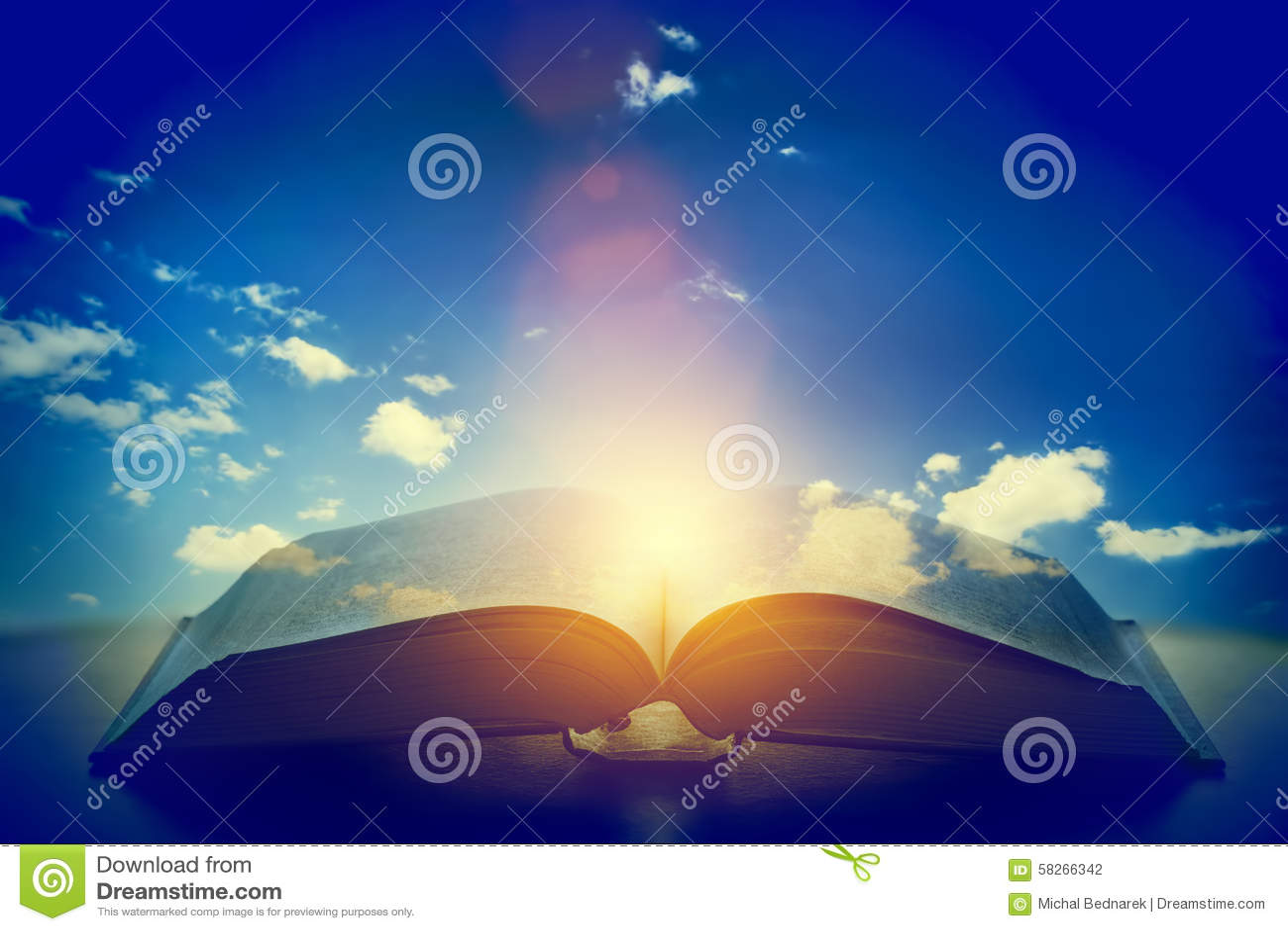 Öppna den gamla boken, ljus från himlen, himmel Utbildning religionbegrepp