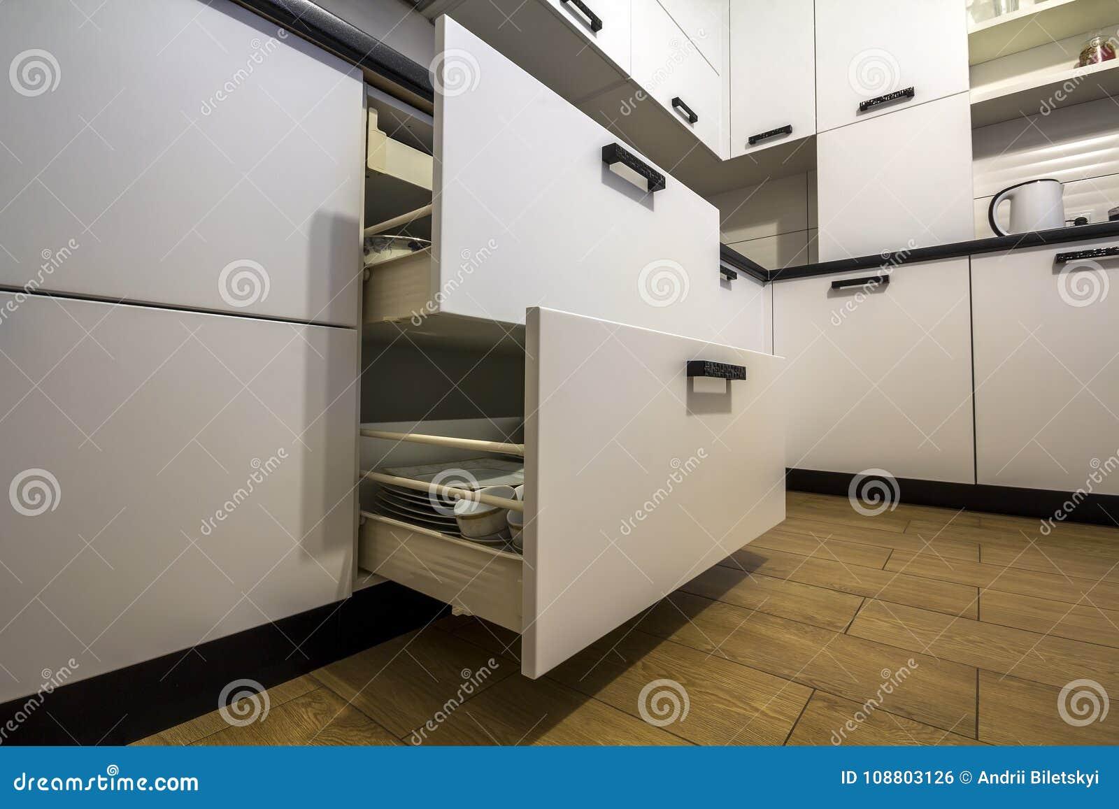 Öppna kökenheten med plattor inom, en smart lösning för köklagring och uppläggningen