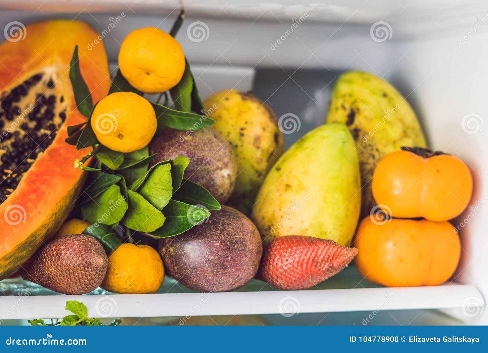 Öppna kylskåpet som fylls med den nya frukter och grönsaken, råkostbegreppet, sunt ätabegrepp
