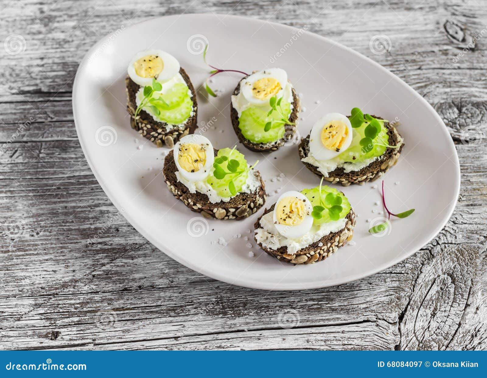 Öppna smörgåsar med gräddost, vaktelägg och selleri Läckert sunt påskmellanmål