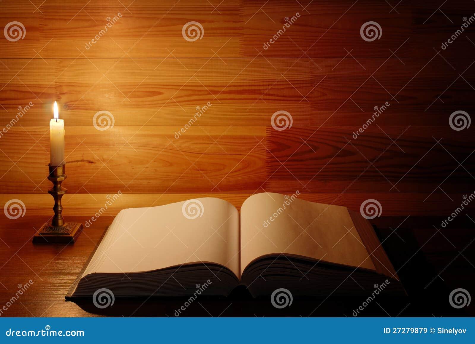 Öppnad gammal antik bok