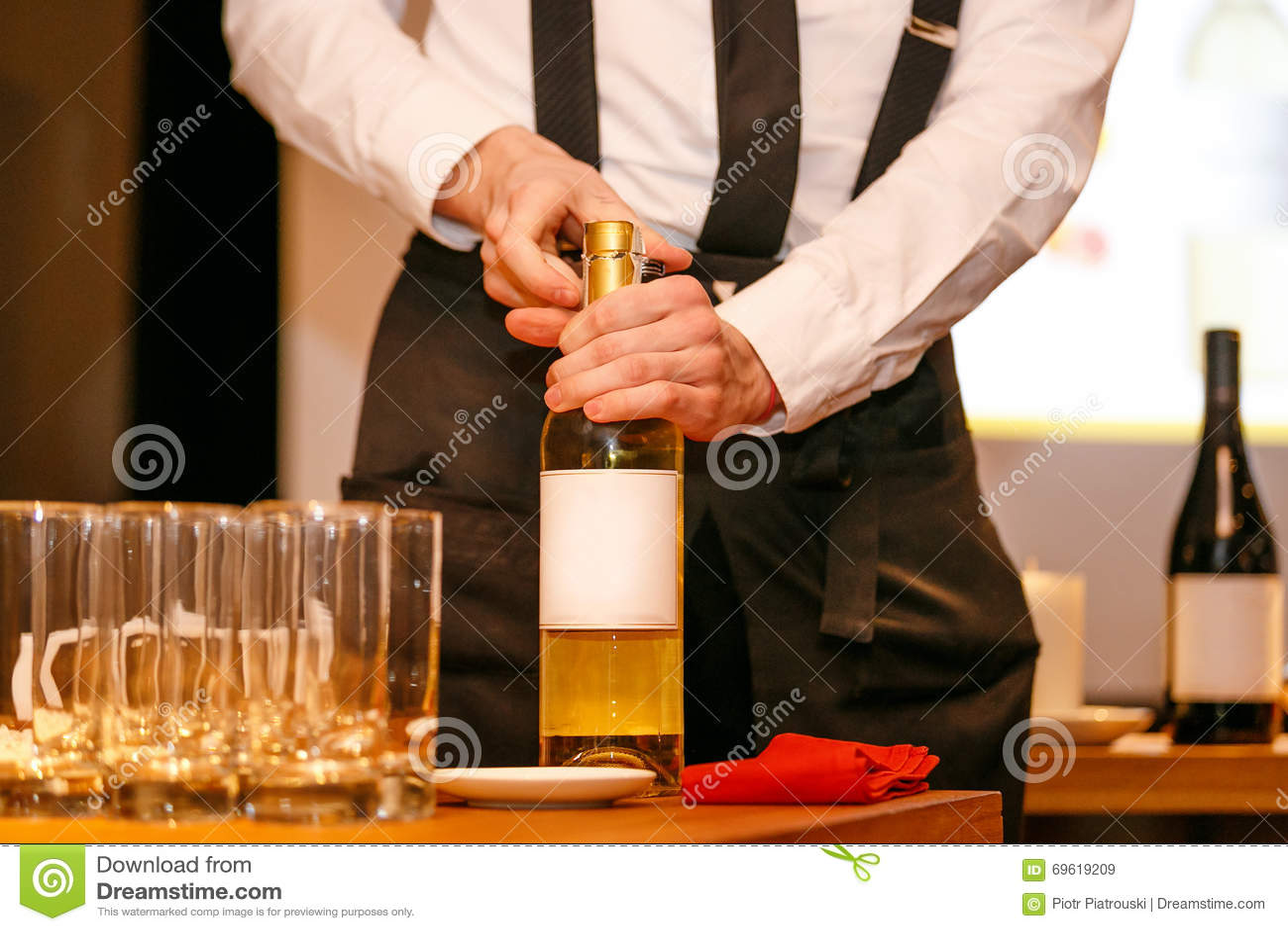 Öppning av en vinflaska med korkskruvet