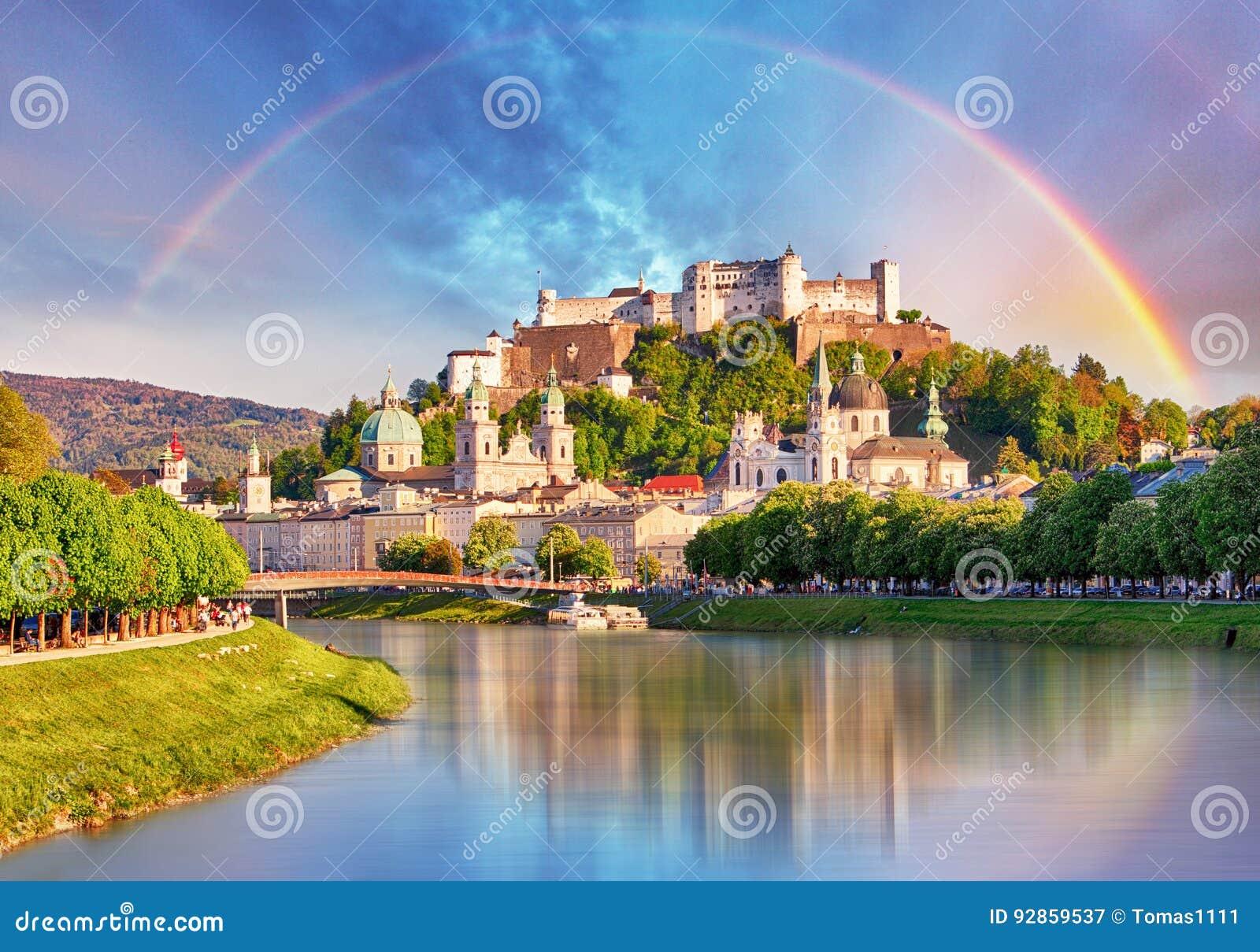 Österreich, Regenbogen über Salzburg-Schloss