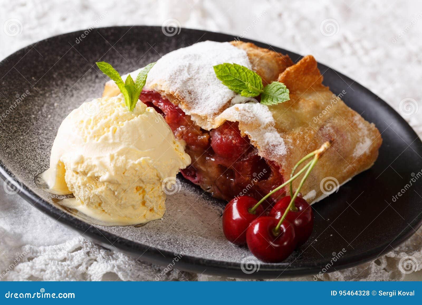 Österreich Küche | Osterreichische Kuche Kirschstrudel Mit Vanilleeisnahaufnahme