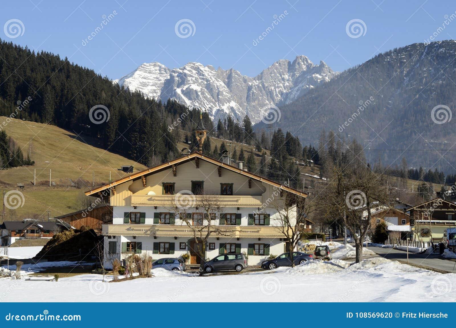 Österrike Tirol, lantgårdhus i bergby