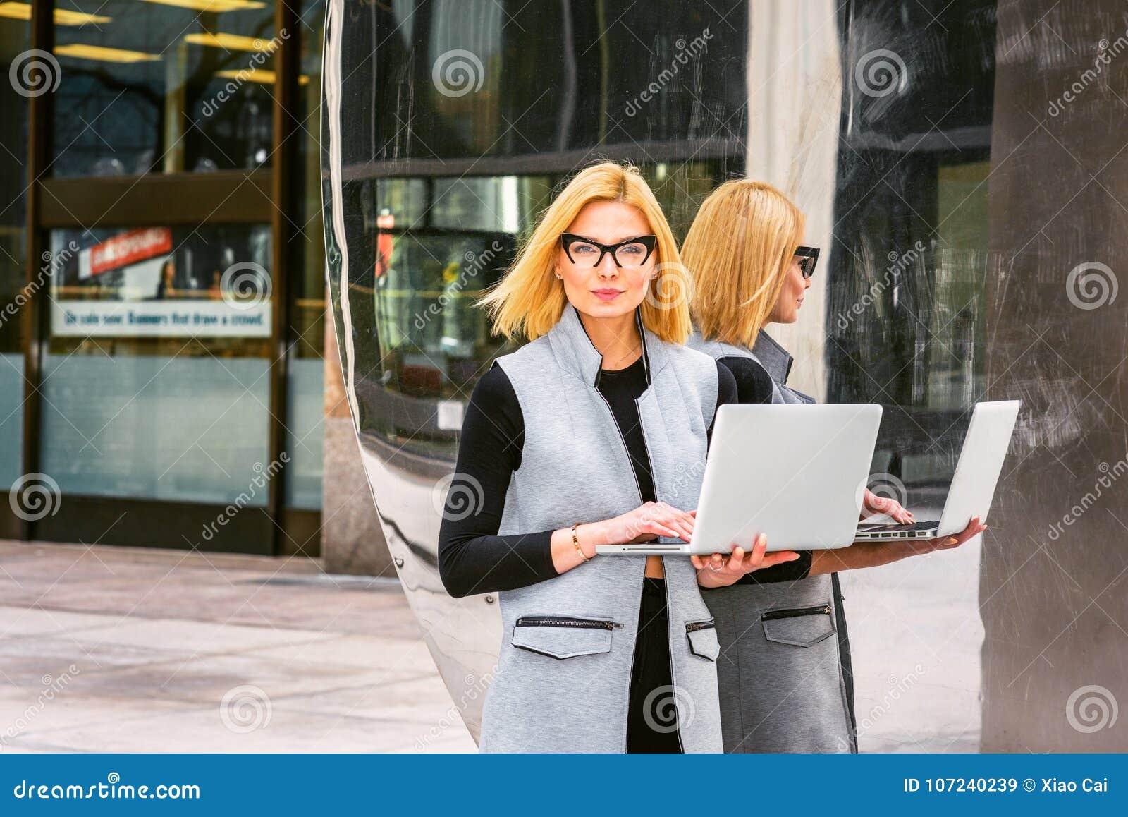 Östligt - europeisk yrkesmässig kvinna som in arbetar på den tekniskt avancerade firman