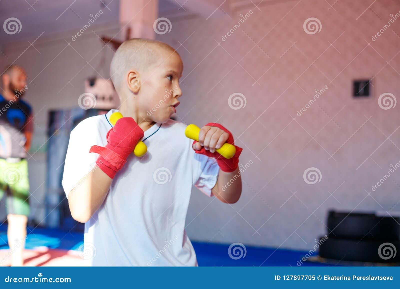 Övande slag för pojke som utbildar i idrottshallen