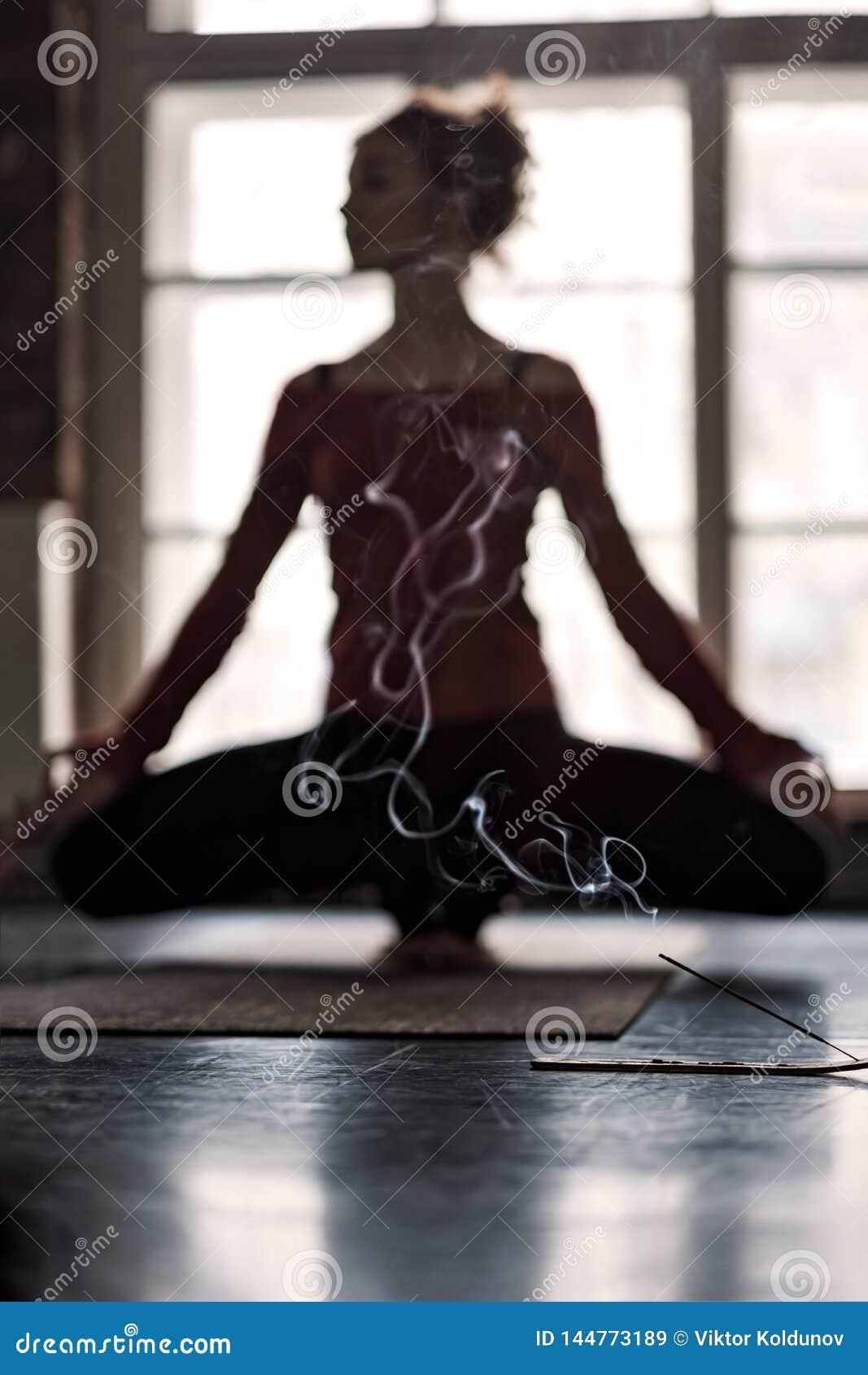Övande yoga för suddig kvinna i Toe Balance