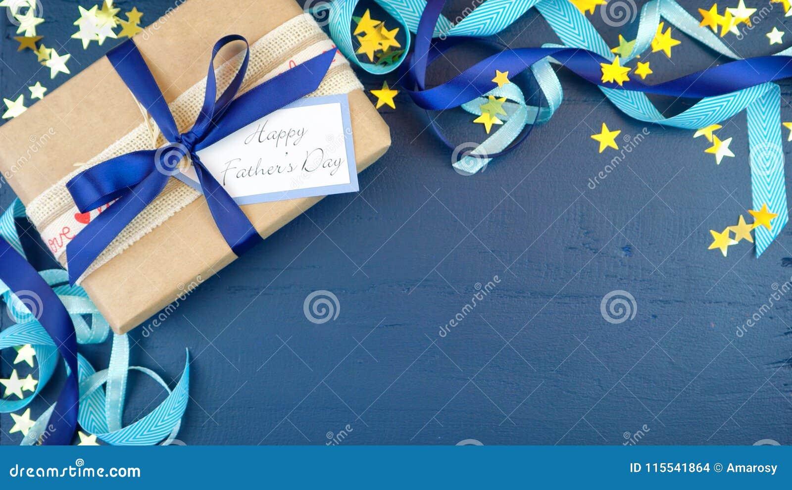 Över huvudet dag för fader` s med dekorerade gränser på mörker - blå wood tabell
