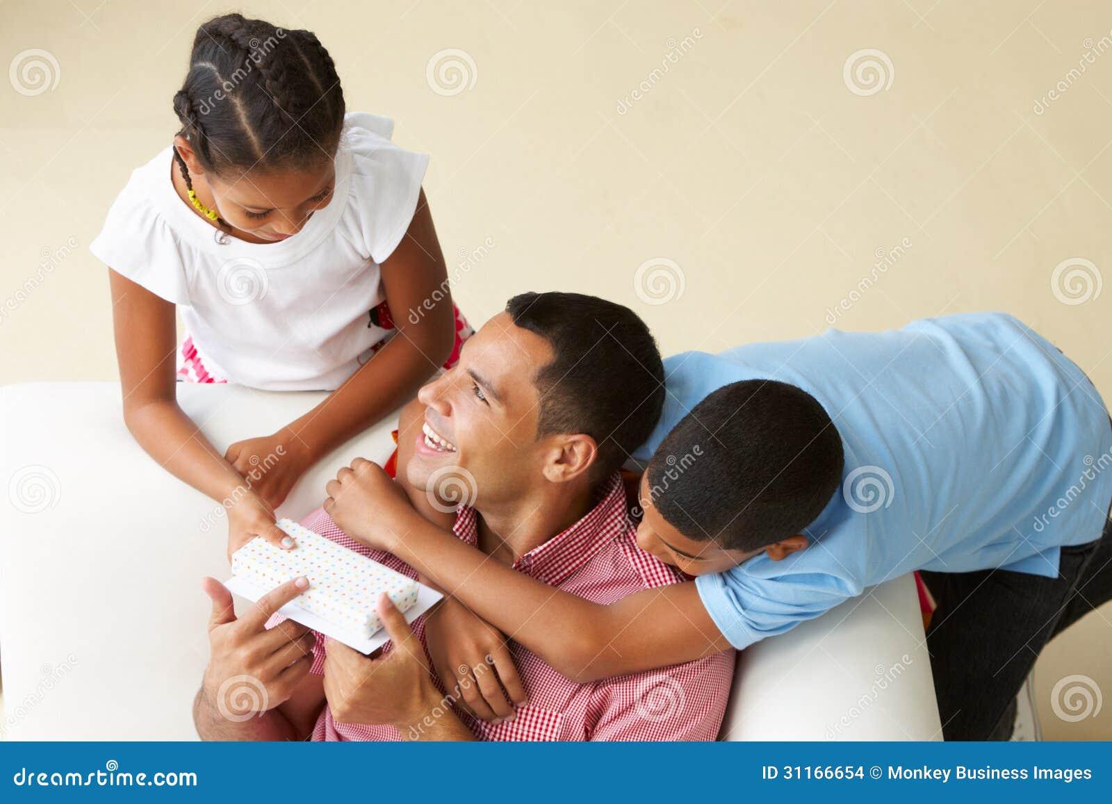Över huvudet sikt av barn som ger fadern Gift
