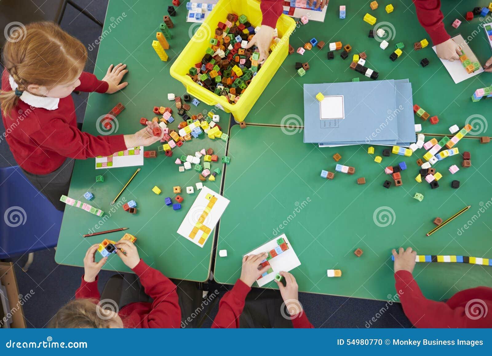 Över huvudet sikt av elever som arbetar med färgade kvarter
