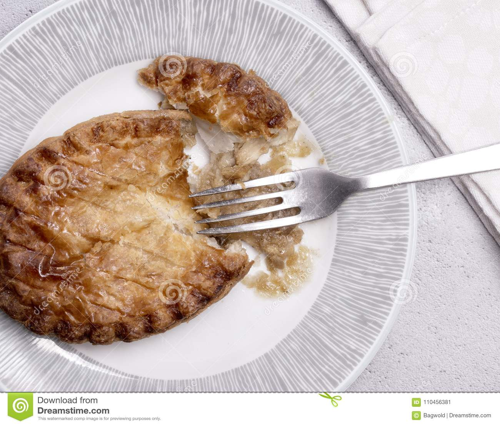 Över huvudet sikt av en feg paj på en platta med gaffeln