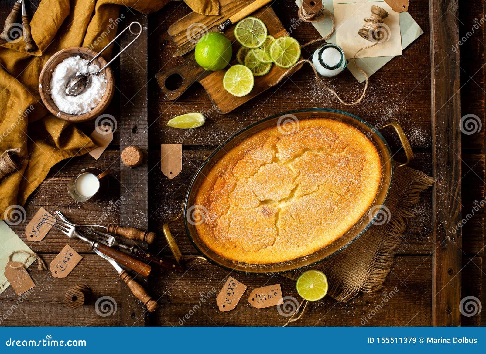Över huvudet skott av den hemlagade eldfasta formen, pudding, ostkaka, syrligt, paj eller mousse i oval exponeringsglasbakningmat
