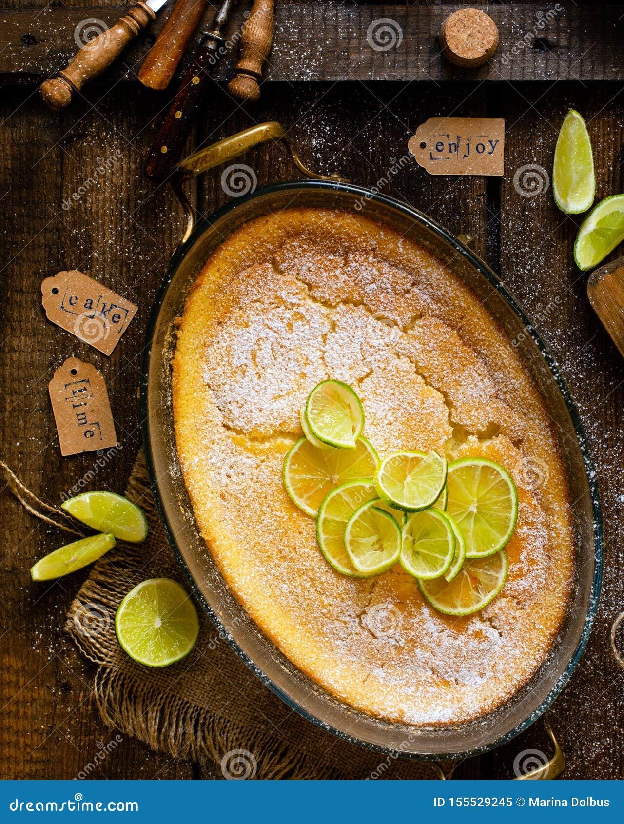 Över huvudet skott av den hemlagade eldfasta formen, pudding, ostkaka, syrligt, paj eller mousse med skivor av limefrukt överst i