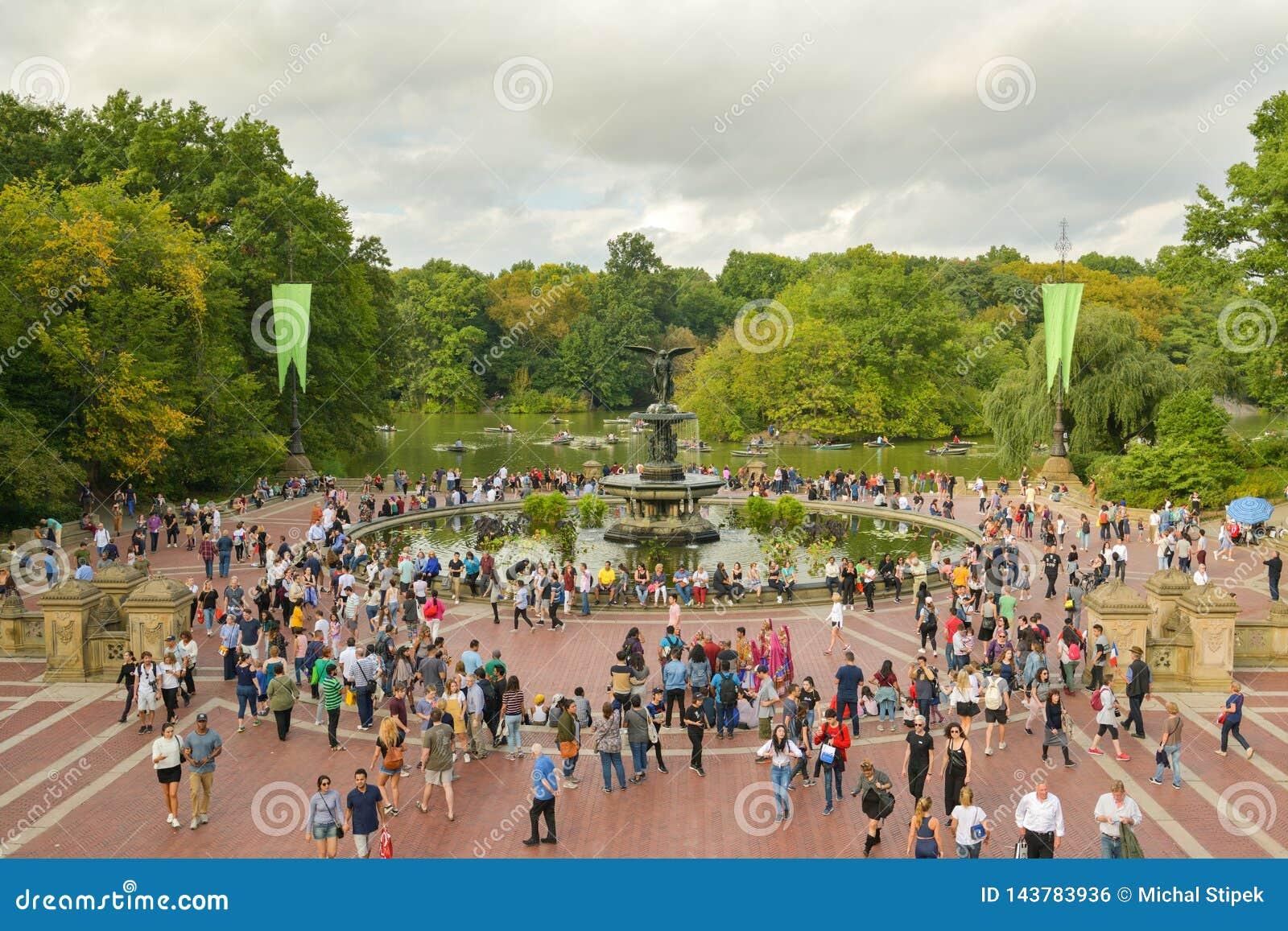 Överbefolkade Bethesda Terrace i Central Park, New York City