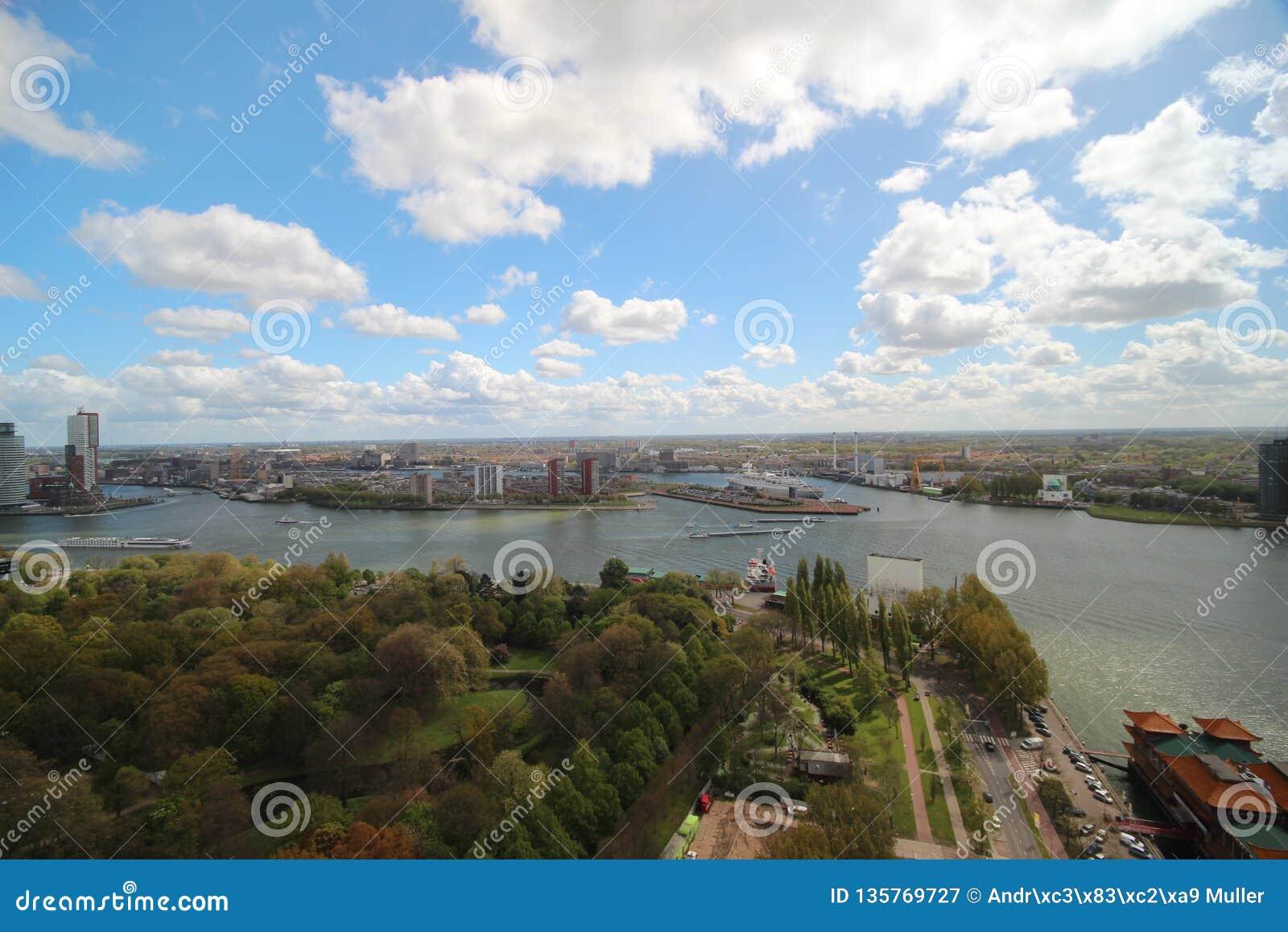 Överblick över staden av Rotterdam i Nederländerna med dess hamnar och broar över floden Oude Maas