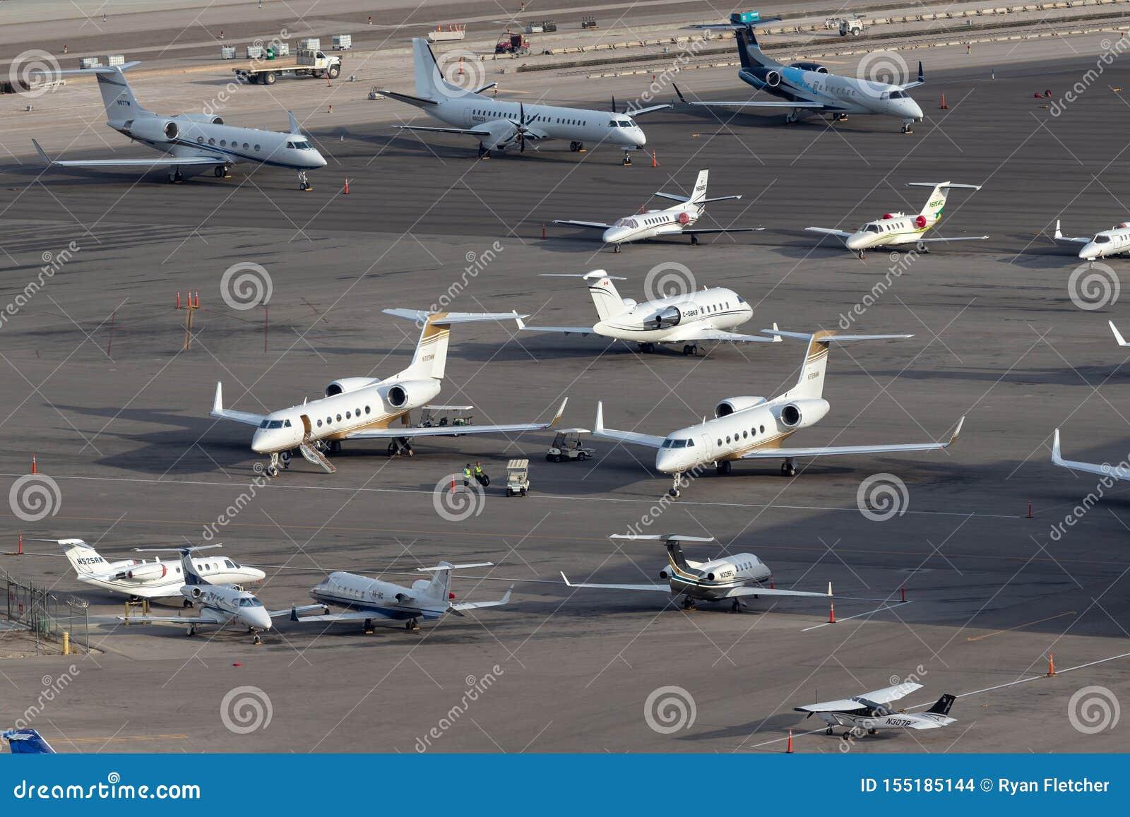 Överblick av rampen för privat stråle på McCarran den internationella flygplatsen Las Vegas med åtskilliga lyxiga strålar som par
