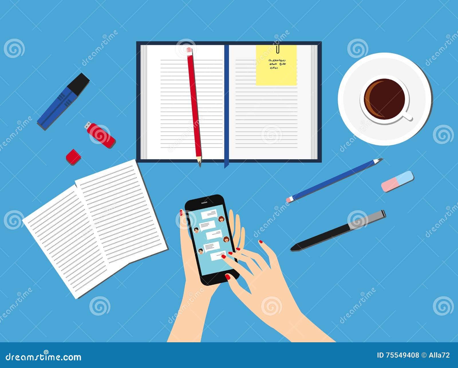 Överföring av meddelanden till vänner via ögonblicklig messaging Kvinnlig hand som rymmer en smartphone med en pratstund på skärm