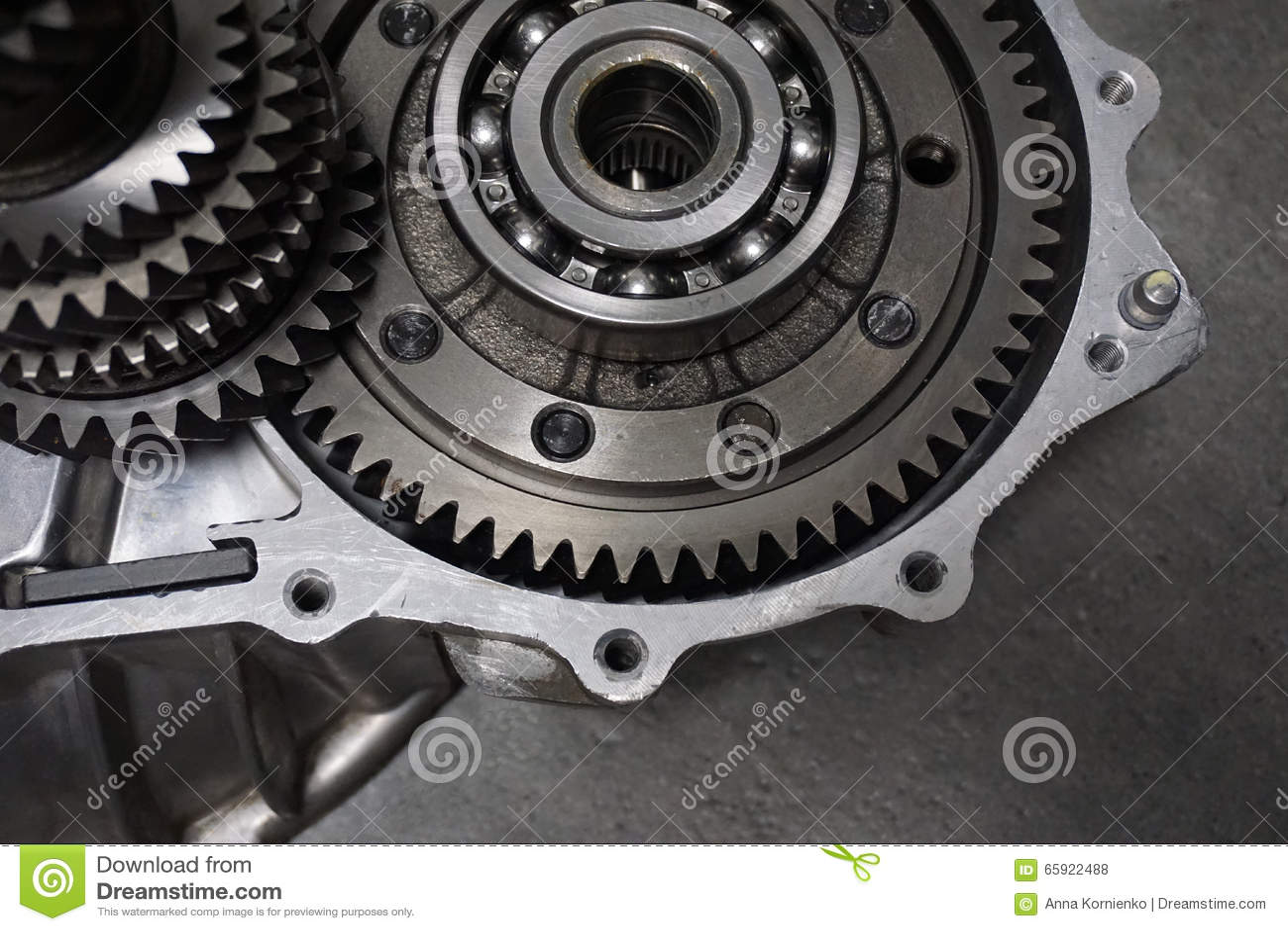 överföring Närbilden av två stålkugghjul anknöt begreppet för förälskelse, familj, teamwork och partnerskap