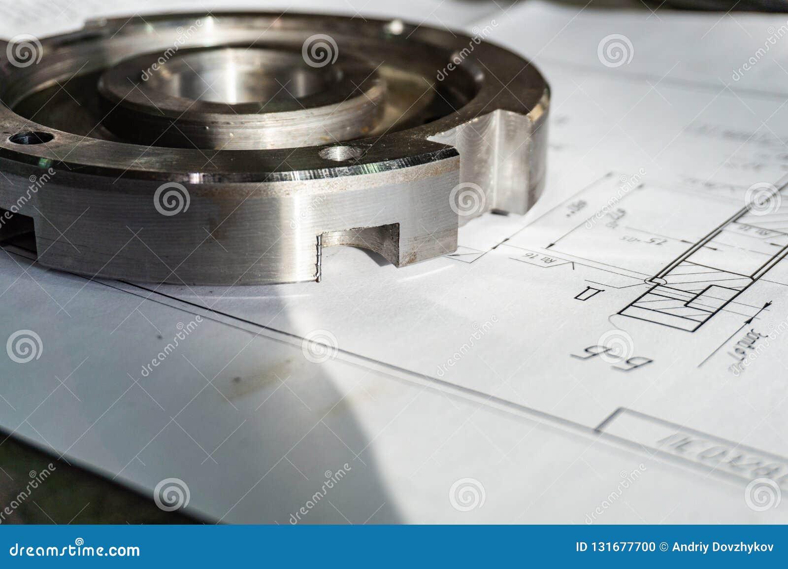 Övergångsflänsen, når den har bearbetat, ligger på den tekniska teckningen Specificera klart att arbeta med en teckning tillsamma