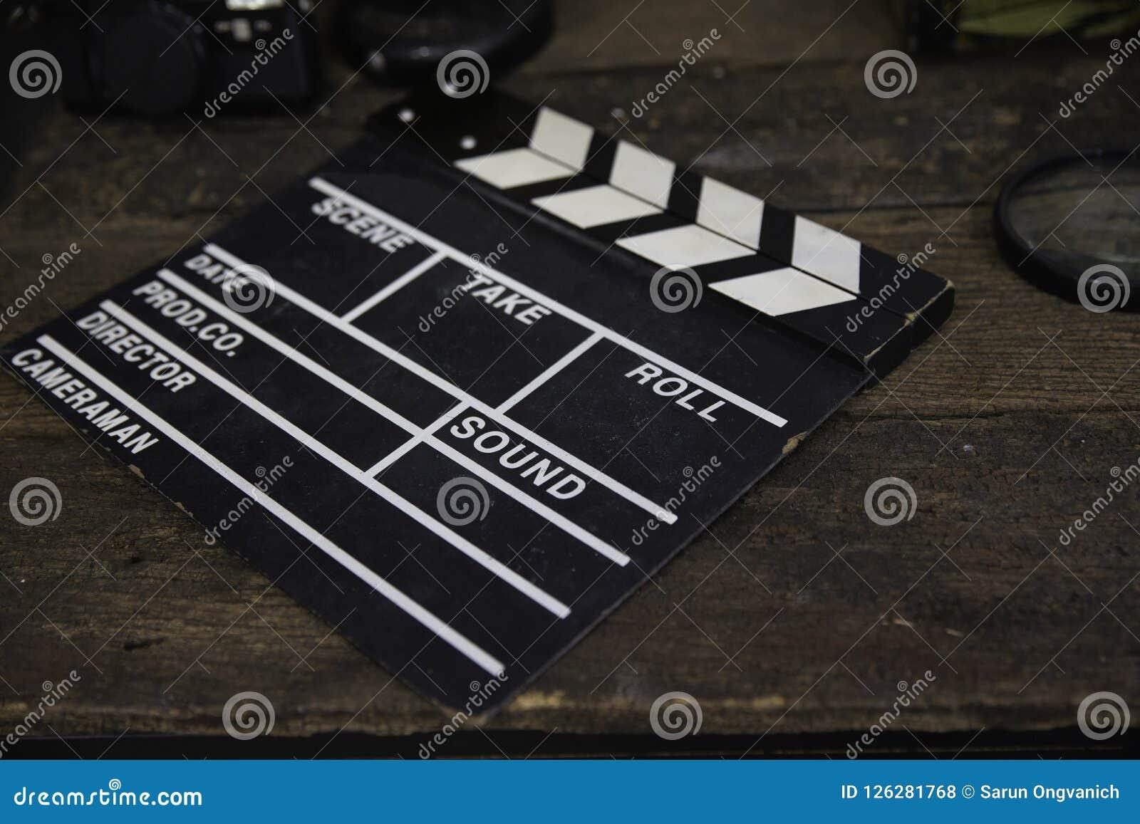 Övergett kritisera filmen eller filmclapperen på den smutsiga trätabellen