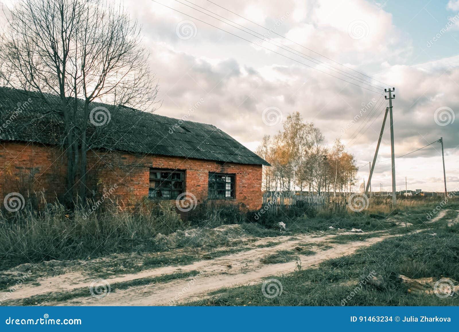 Övergett tegelstenhus, rysk vildmark