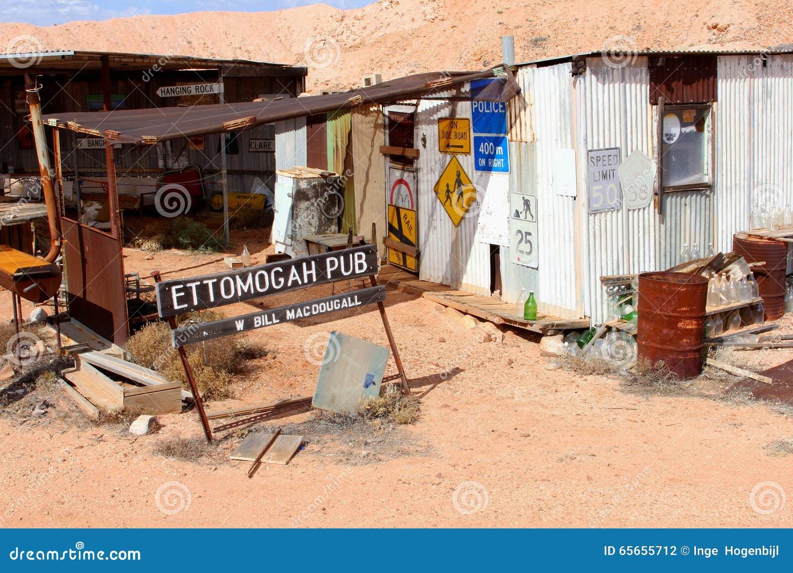 Övergiven bar och retro skyltar i öknen, Australien