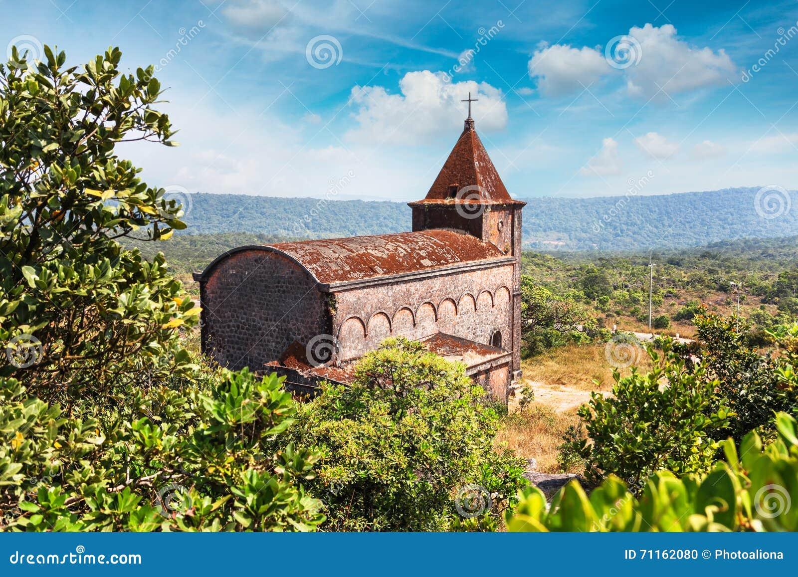 Övergiven kristen kyrka överst av det Bokor berget i den Preah Monivong nationalparken, Kampot, Cambodja