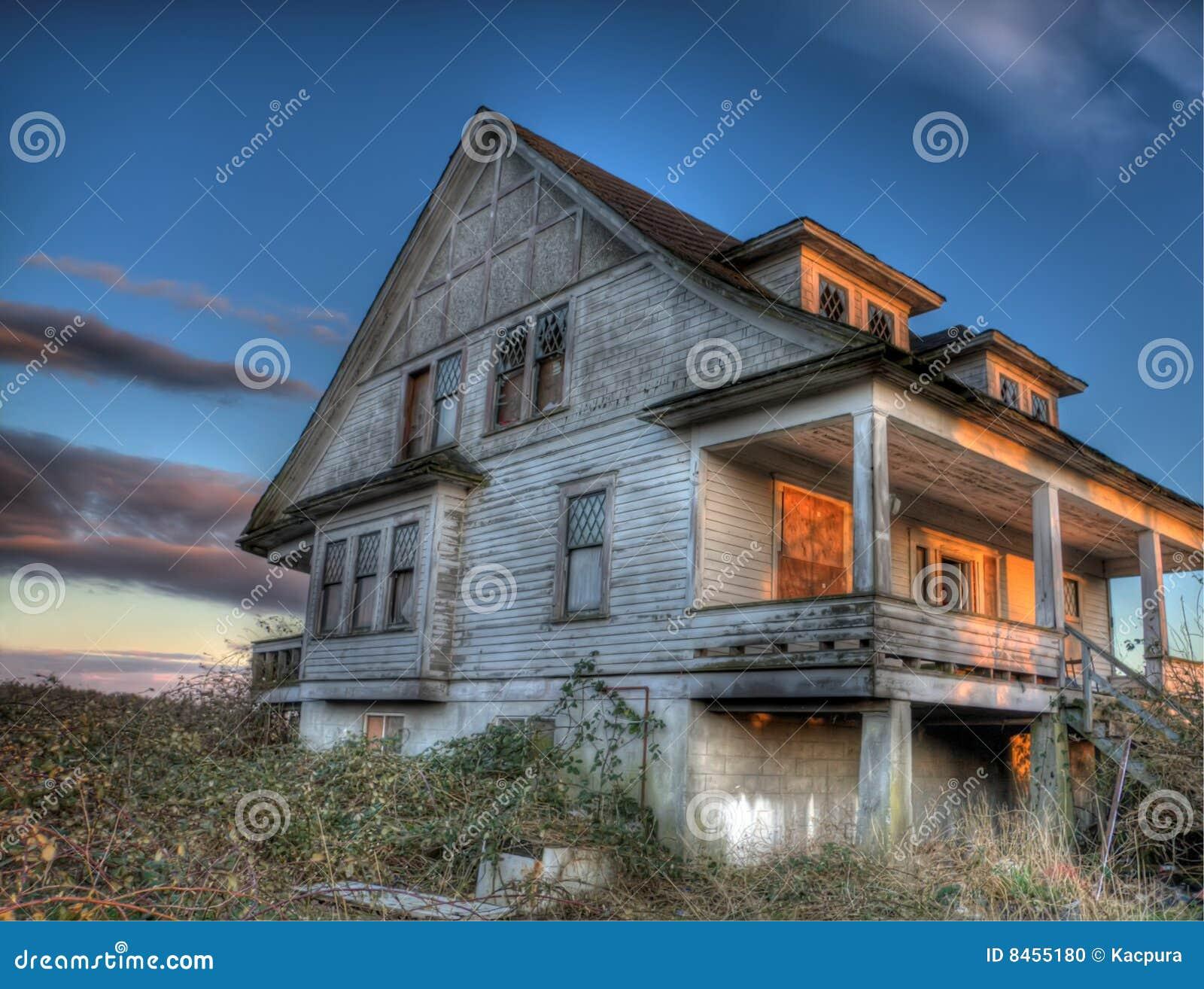 övergivet kusligt hus