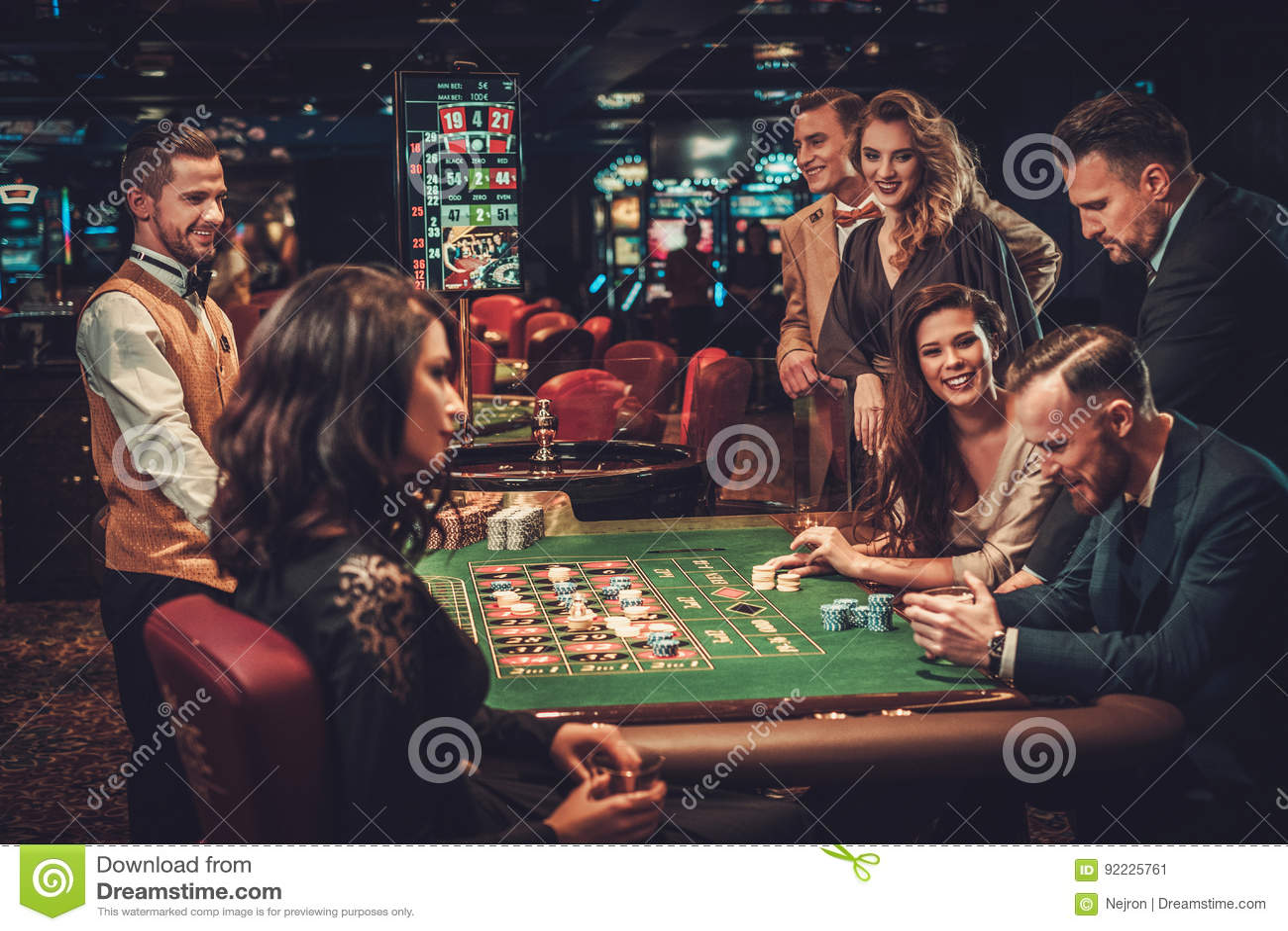 Överklassvänner som spelar i en kasino