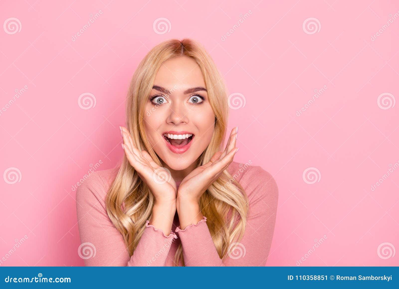 Överraska försäljningen Slutet upp ståenden av den unga nätta kvinnan med långt blont hår som ser det gick ut innehavet hennes öp