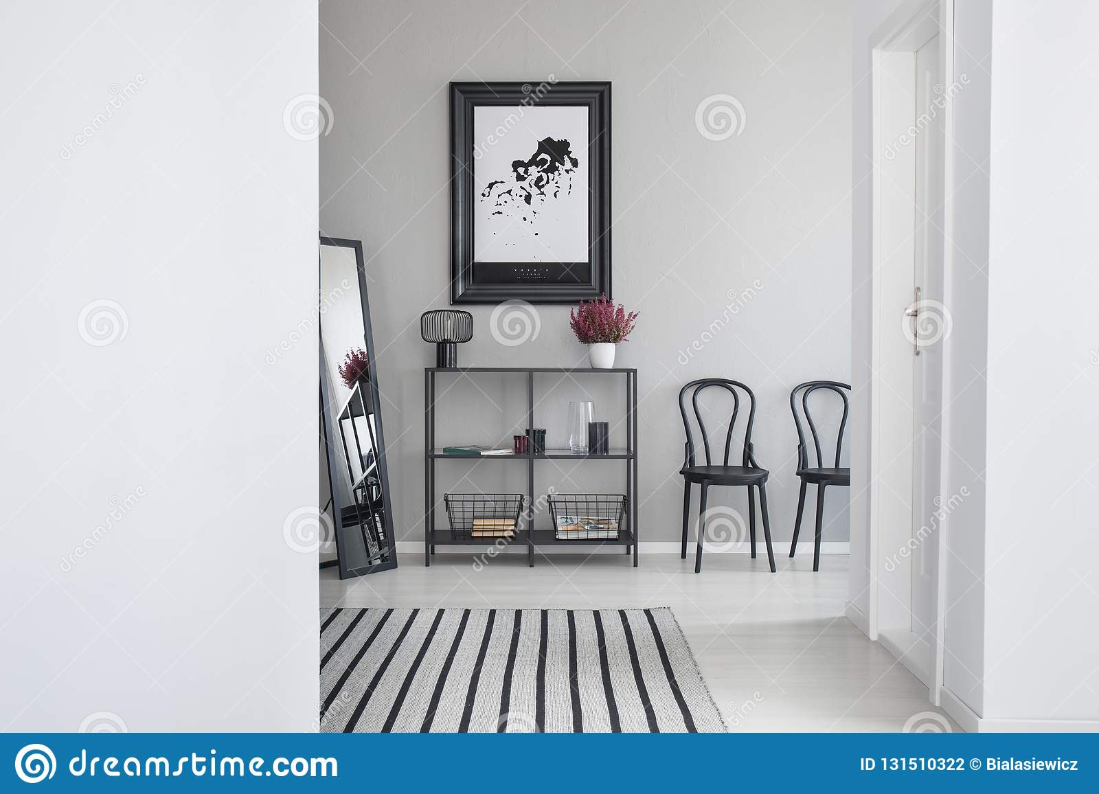 Översikt i svart ram i det väntande rummet av det moderna kontoret, verkligt foto med kopieringsutrymme