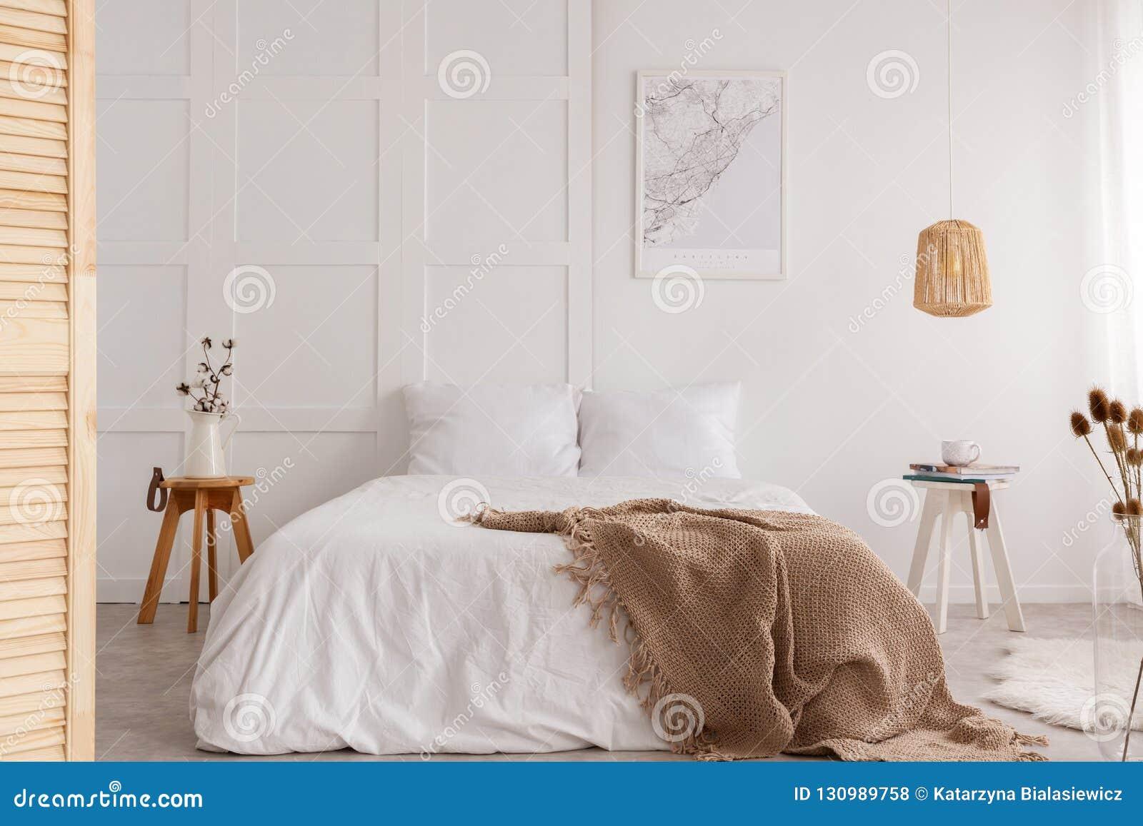 Översikt på väggen av den stilfulla sovruminre, verkligt foto