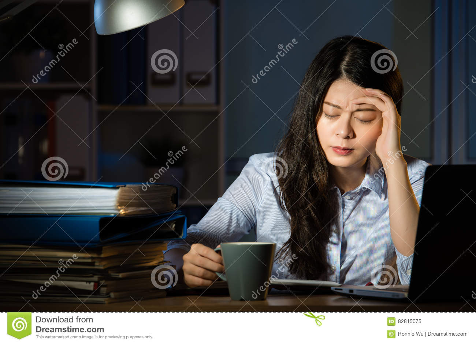 Övertids- arbete för asiatisk för affärskvinna för drink huvudvärk för kaffe sent