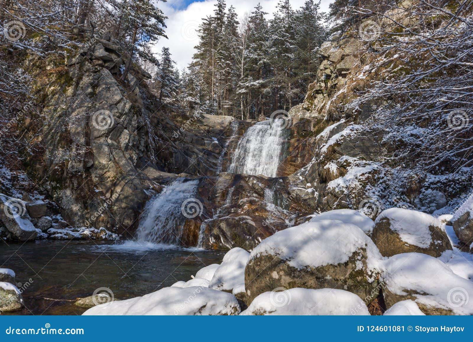 Övervintra landskapet av den Popina Laka vattenfallet nära staden av Sandanski, det Pirin berget, Bulgarien