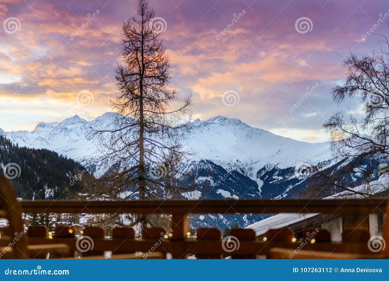 Övervintra sikten på dalen i schweiziska fjällängar, Verbier, Schweiz
