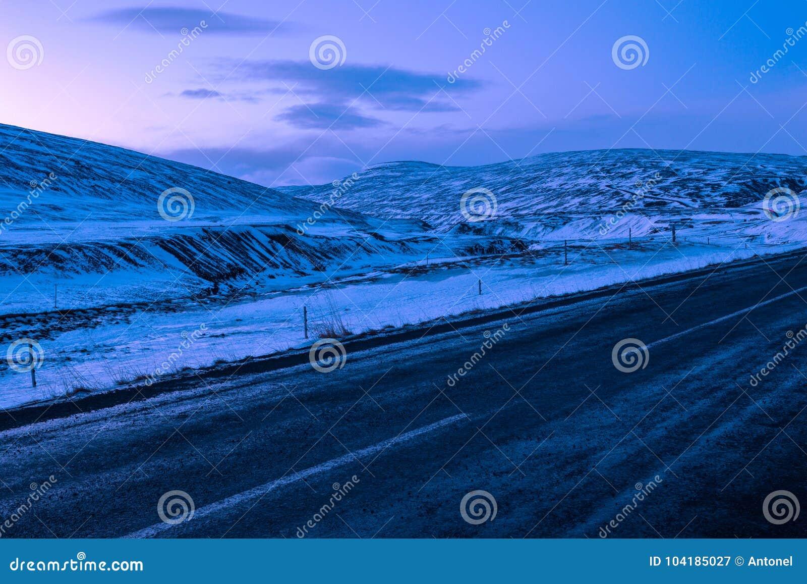 Övervintra typisk sikten på gryning från Ring Road Route 1 av nordost av Island, nära Egilsstadir
