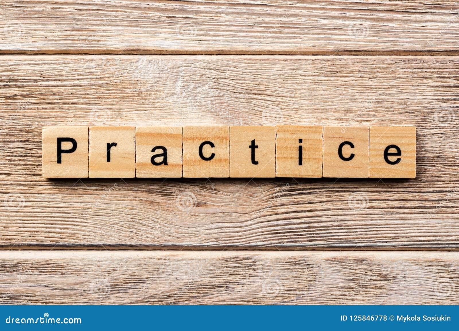 Övningsord som är skriftligt på träsnittet övningstext på tabellen, begrepp