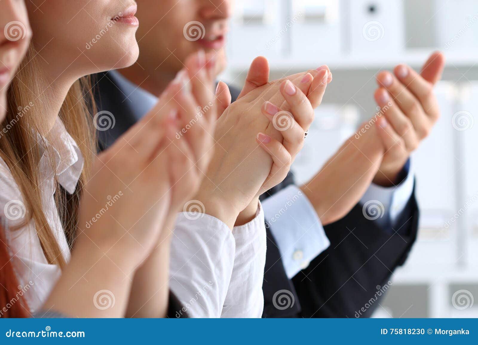 Övre sikt för slut av affärsseminariumlyssnare som applåderar händer