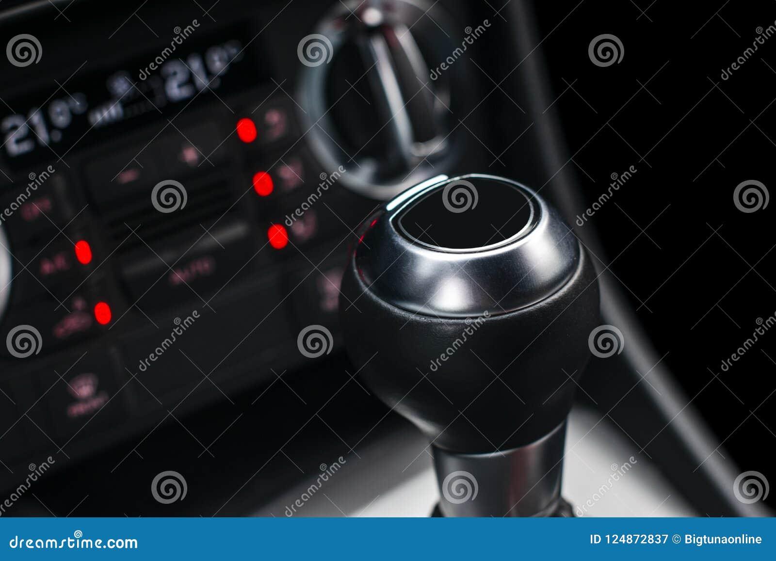 Övre sikt för slut av en förskjutning för kugghjulspak Manuell växellåda Bilinredetaljer Bilöverföring Mjuk belysning Abstrakt be