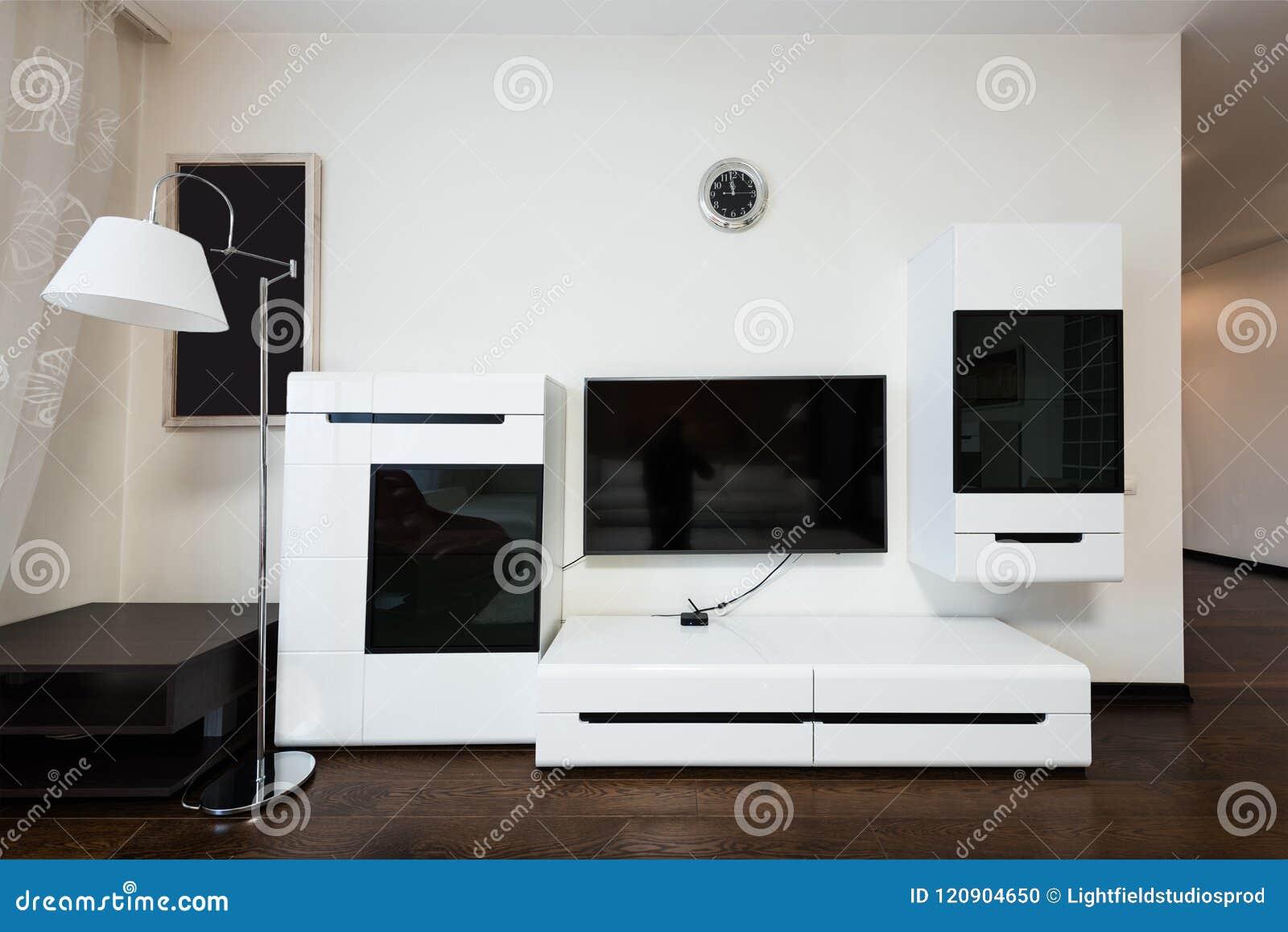 övre sikt för slut av tv på väggen